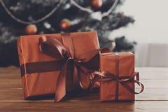 Regali di Natale sul fondo decorato dell'albero, concetto di festa Immagini Stock Libere da Diritti