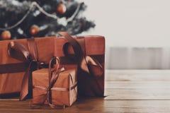 Regali di Natale sul fondo decorato dell'albero, concetto di festa Immagine Stock