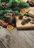Regali di Natale sulla tavola di legno con lo spazio della copia Immagine Stock Libera da Diritti