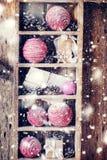 Regali di Natale sullo scaffale d'annata Precipitazioni nevose tirate Immagine Stock