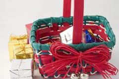 Regali di natale in un cestino Fotografie Stock