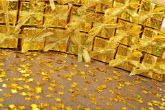 Regali dorati e stelle dorate Fotografie Stock