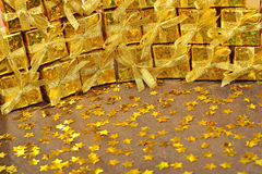 Regali dorati e stelle dorate Fotografia Stock