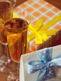 Regali e bicchieri di vino Fotografia Stock