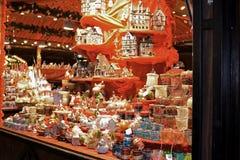 Regali e giocattoli sul mercato di Natale fotografia stock