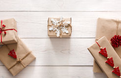 Regali e presente di Natale in carta del mestiere, fondo di vista superiore Fotografie Stock Libere da Diritti