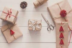 Regali e presente di Natale in carta del mestiere, fondo di vista superiore Immagine Stock Libera da Diritti