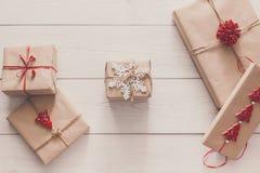 Regali e presente di Natale in carta del mestiere, fondo di vista superiore Fotografia Stock
