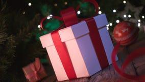 Regali ed ornamenti di Natale sul bokeh di legno delle luci di Natale della tavola video d archivio