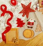 Regali fatti a mano di natale nel disordine con i giocattoli, candele, abete, annata di legno del nastro Immagine Stock Libera da Diritti