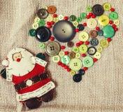 Regali fatti a mano di natale nel disordine con i giocattoli, candele, abete, annata di legno del nastro Immagini Stock Libere da Diritti