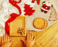 Regali fatti a mano di natale nel disordine con i giocattoli, candele, abete, annata di legno del nastro Fotografia Stock