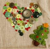 Regali fatti a mano di natale nel disordine con i giocattoli, candele, abete, nastro, annata di legno del cono dell'albero, vista Immagini Stock