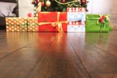 Regali festivi con le scatole, conifere, canestro, cannella, pigne, noci su fondo di legno Weihnachtspakete - regalo di Natale Immagini Stock
