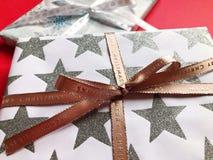 Regali meravigliosamente avvolti di Natale su un fondo normale immagini stock
