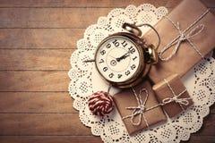 Regali, palla ed orologio sul tovagliolo Immagine Stock