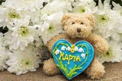 Regali per l'8 marzo - giocattolo, pan di zenzero e fiori Immagine Stock Libera da Diritti