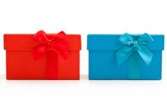 Regali rossi e blu con gli archi Fotografie Stock