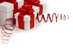 Regali in scatole bianche con i nastri rossi Fotografia Stock