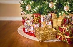 Regali sotto l'albero di Natale Fotografia Stock