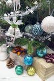 Regali sotto l'albero di Natale decorato Fotografia Stock Libera da Diritti