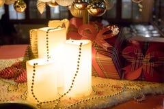 Regali sotto l'albero di Natale in salone ambientale con il camino fotografia stock