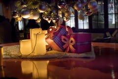 Regali sotto l'albero di Natale in salone ambientale con il camino immagini stock libere da diritti