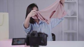 Regali unboxing della bella donna asiatica felice dalla marca o dai suoi abbonati video d archivio