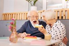 Regaling Ehemann der reizend älteren Frau lizenzfreie stockfotos
