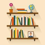 Regallesebücher, Bild, Kugel und Blume Brown-Bücherregal Lizenzfreie Stockfotos