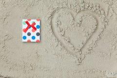 Regalo accanto al simbolo di forma del cuore Fotografie Stock Libere da Diritti
