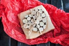 Regalo adornado con el corazón de madera Imágenes de archivo libres de regalías