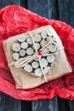 Regalo adornado con el corazón de madera Fotografía de archivo