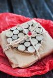 Regalo adornado con el corazón de madera Fotos de archivo