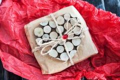 Regalo adornado con el corazón de madera Imagen de archivo libre de regalías