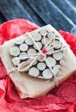 Regalo adornado con el corazón de madera Foto de archivo libre de regalías