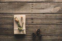 Regalo adornado con las flores secadas Fotografía de archivo