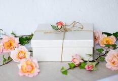 Regalo adornado con las rosas Foto de archivo libre de regalías