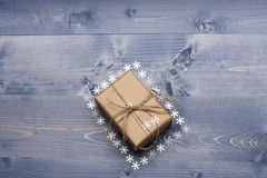 Regalo adornado de la Navidad en fondo de madera Fotografía de archivo libre de regalías
