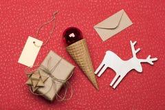 Regalo adornado de la Navidad en fondo texturizado rojo Imágenes de archivo libres de regalías