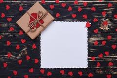 Regalo adornado hecho a mano presente con la tarjeta de felicitación vacía Fotos de archivo