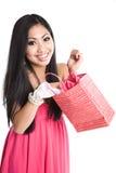 Regalo asiatico del biglietto di S. Valentino di apertura della donna Fotografia Stock