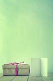 Regalo atado simple con la tarjeta abierta del espacio en blanco Fotografía de archivo libre de regalías