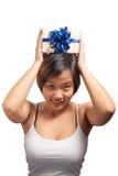 Regalo avvolto tenuta asiatica dei capelli di scarsità della donna Fotografia Stock Libera da Diritti