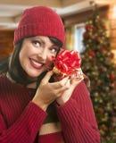 Regalo avvolto tenuta della donna nella regolazione di Natale Fotografia Stock Libera da Diritti