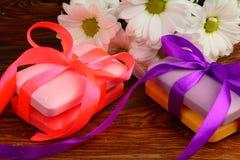Regalo bajo la forma de jabones con las flores Imagenes de archivo