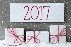 Regalo bianco con i fiocchi di neve, testo 2017 Immagine Stock Libera da Diritti