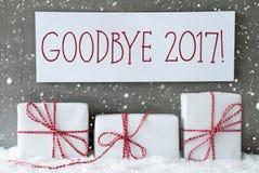 Regalo bianco con i fiocchi di neve, testo arrivederci 2017 Fotografia Stock