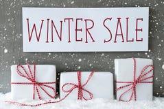 Regalo bianco con i fiocchi di neve, vendita di inverno del testo Immagini Stock