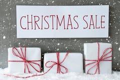 Regalo bianco con i fiocchi di neve, vendita di Natale del testo Fotografie Stock